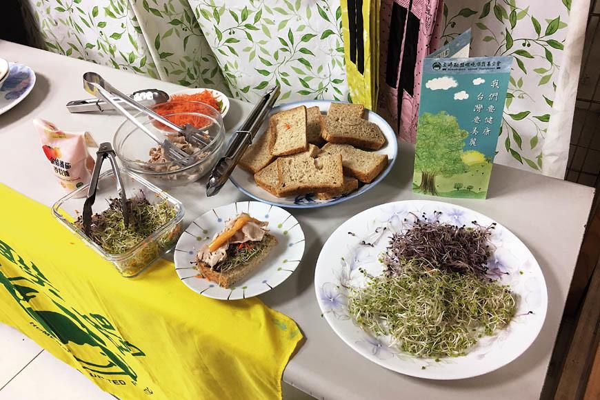 美味的綠能三明治—食材使用在屋頂架設太陽能板所烘焙的喜願麵包,以及第一家落實豬糞沼氣發電的中央畜牧場豬肉片。