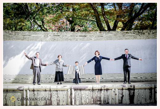 七五三 パパ、ママ、祖父母と手をつないで集合写真