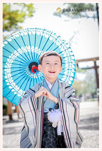 七五三写真 青い和傘を持ってロケーションフォト