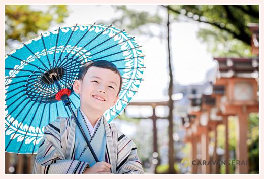 七五三写真 青い和傘を持った男の子 神社でロケーション撮影