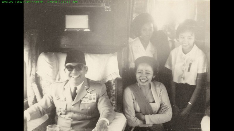 Presiden Soekarno berada di dalam kabin kereta KLB RI