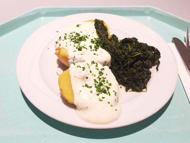 Baked potato with leaf spinach & herb quark / Ofenkartofel mit Blattspinat & Kräuterquark