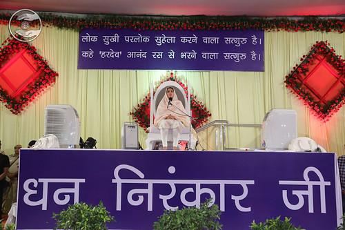 Satguru Mata Sudiksha Ji Maharaj blessing the congregation