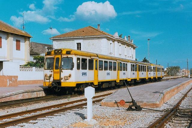 SFM: MAN-Doppeltriebwagen 2334 + MAN-Einzeltriebwagen der  Serie 2300 nach Palma im Bahnhof Inca