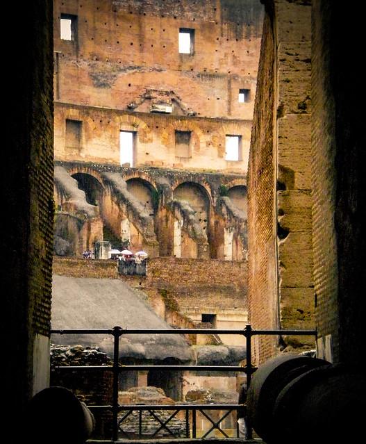 El hipogeo y las gradas vistas desde un arco.