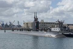 USS Springfield (SSN 761) approaches the submarine piers at Joint Base Pearl Harbor-Hickam, Oct. 21. (U.S. Navy/MC1 Amanda Gray)