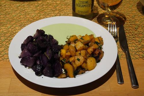Gebratener Blue Hubbard Kürbis und angebratene Kartoffeln der Sorte Purple Rain mit Petersilien-Joghurt-Soße
