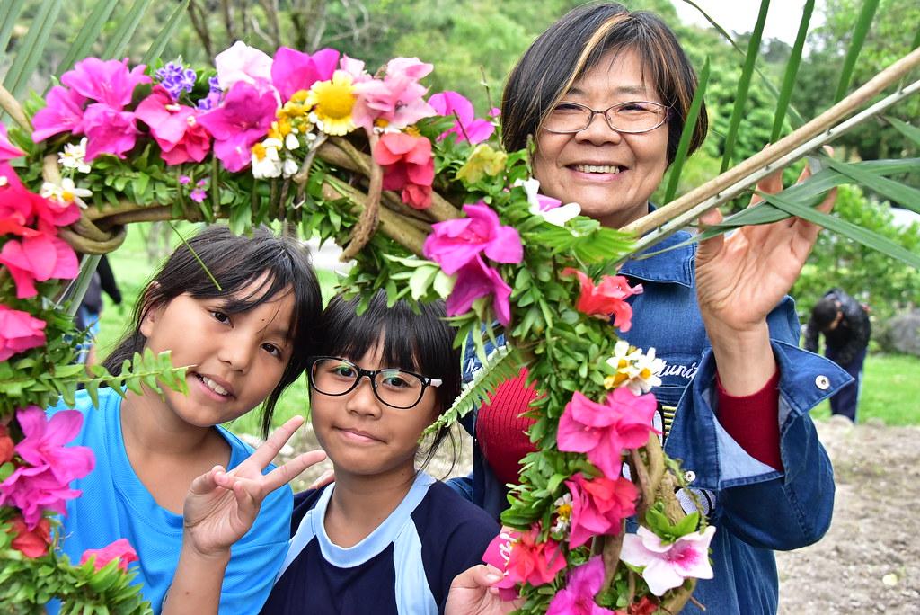 台東處長劉瓊蓮(右)將民族植物的書寫朝向,將知識回歸給族人。圖片來源:台東林管處