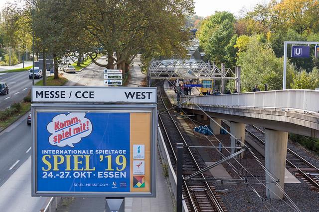 Plakat der internationale SPIEL Messe 2019 neben der U-Bahn in Essen