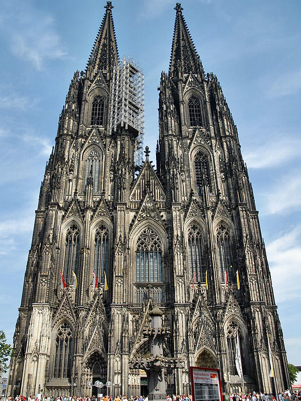 145 Зап фасад. Завершение баше -XIX в. Высота башен 157 м
