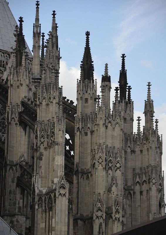 147 Пинакли конрфорсов собора