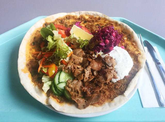 Lahmacun with salad, turkey kebap & tzatziki / Lahmacum mit Rohkostsalat, Putendönerfleisch & Tzaziki