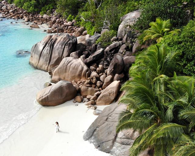 Vista de dron en Seychelles de la playa Anse Lazio