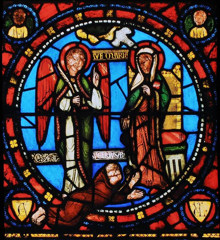 013 Витраж базилики Сан-Дени XII в Благовещение. У ног Б-цы - аббат Сюжер