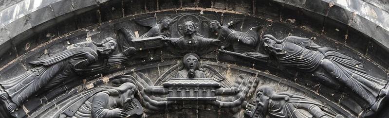 006 Верхний архивольт (XII в.) левого портала Сен-Дени Христос вручает Скрижали Моисею и жезл Аарону
