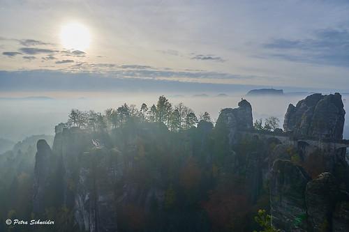 elbsandsteingebirge elbesandstonemoutains sunrise fog saxony sachsen sächsischeschweiz saxonswitzerland