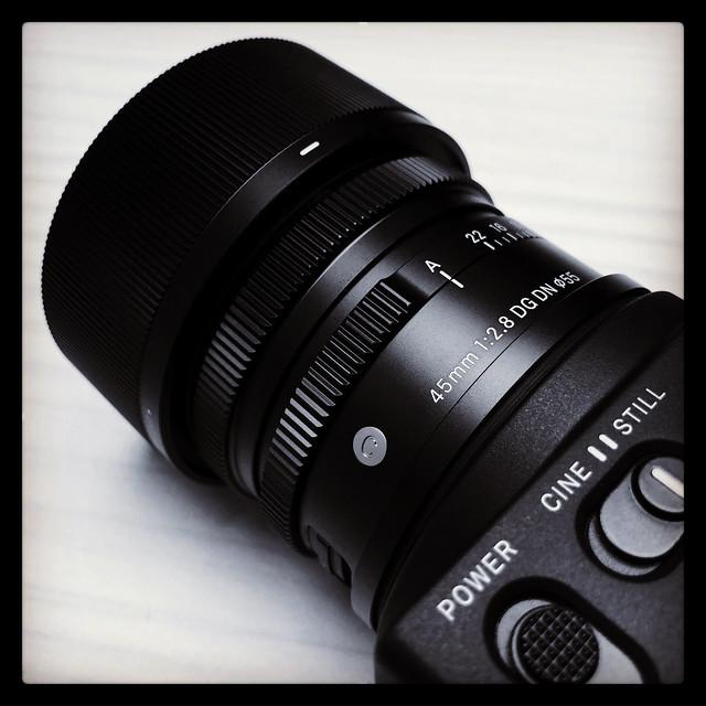 SIGMA fpもモチロン良いけど、45mm F2.8 DG DN C019のこのデザインも堪らない。同じシリーズの横展開に期待。