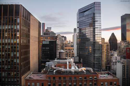 manhattan newyork cityscape city ciudad sunrise amanecer color lights shadows cielo sky arquitectura architecture buildings skyscrapers rascacielos skyline nikon d850 ricardocarmonafdez ricardojcf ventanas windows
