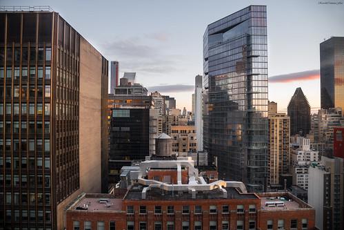 manhattan newyork cityscape city ciudad sunrise amanecer color lights shadows cielo sky arquitectura architecture buildings skyscrapers rascacielos skyline nikon d850 ricardocarmonafdez ricardojcf ventanas windows