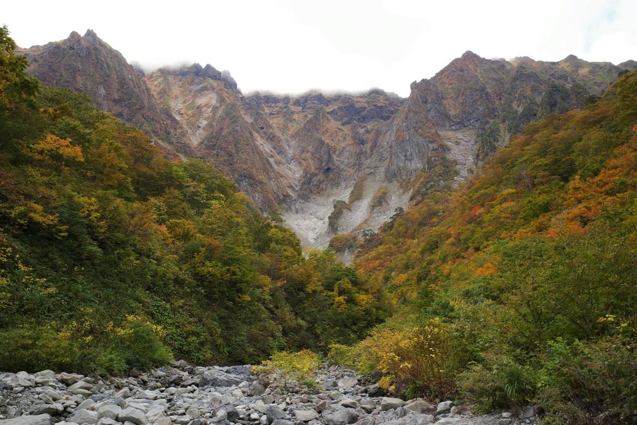 一ノ倉沢の紅葉と谷川岳の大岩壁