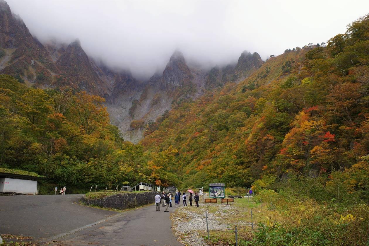 谷川岳・一ノ倉沢の岩壁と紅葉