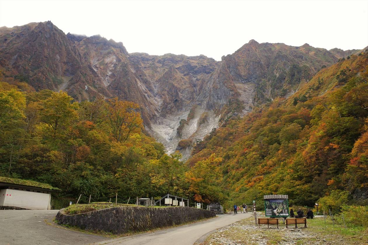 一ノ倉沢の紅葉風景と谷川岳