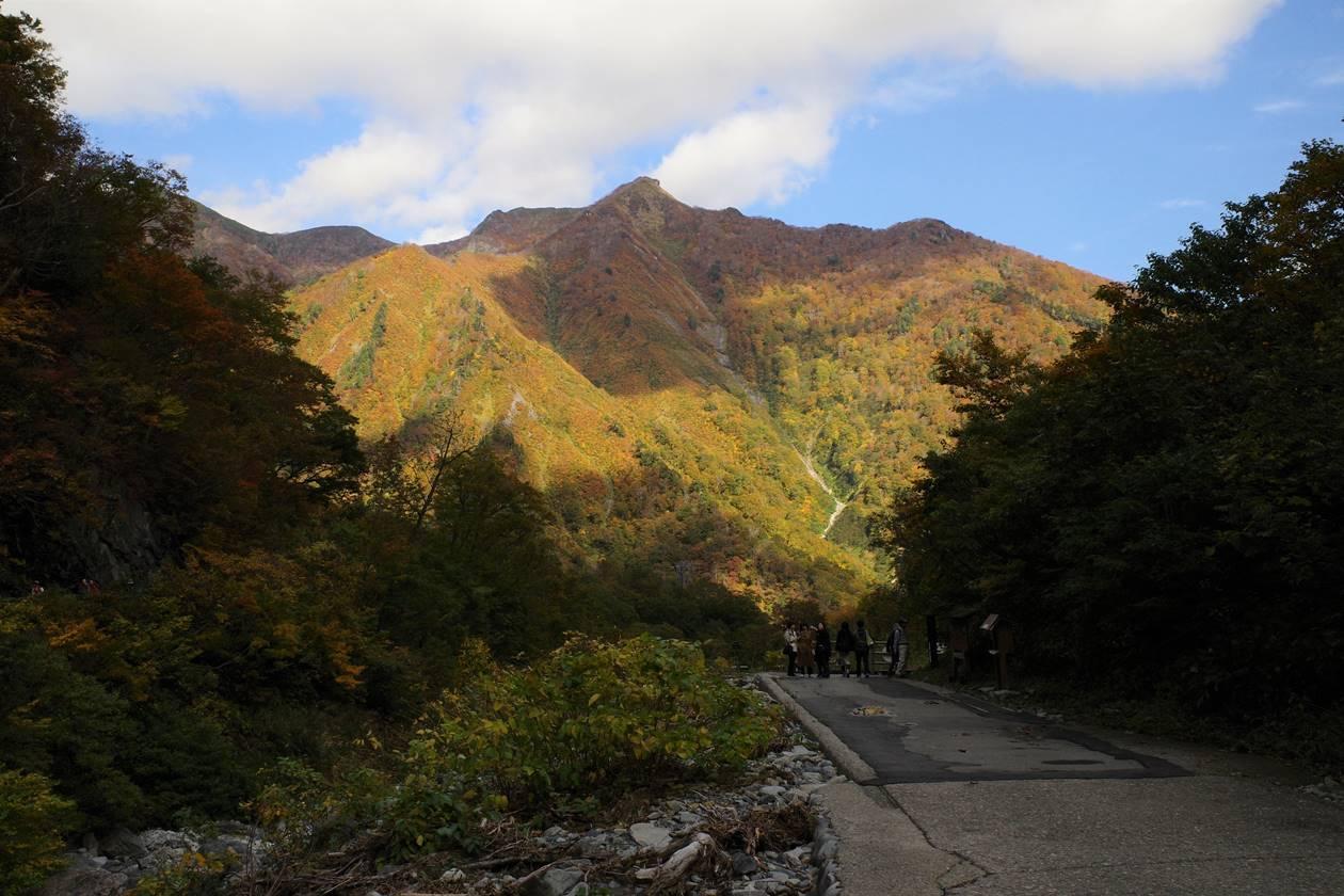 一ノ倉沢から眺める白毛門方面の紅葉