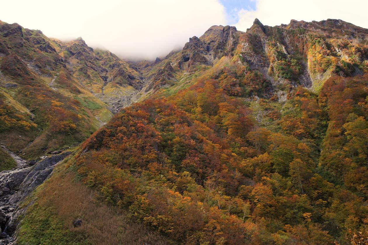 谷川岳登山 厳剛新道・第一見晴から眺めるマチガ沢の紅葉と岩壁