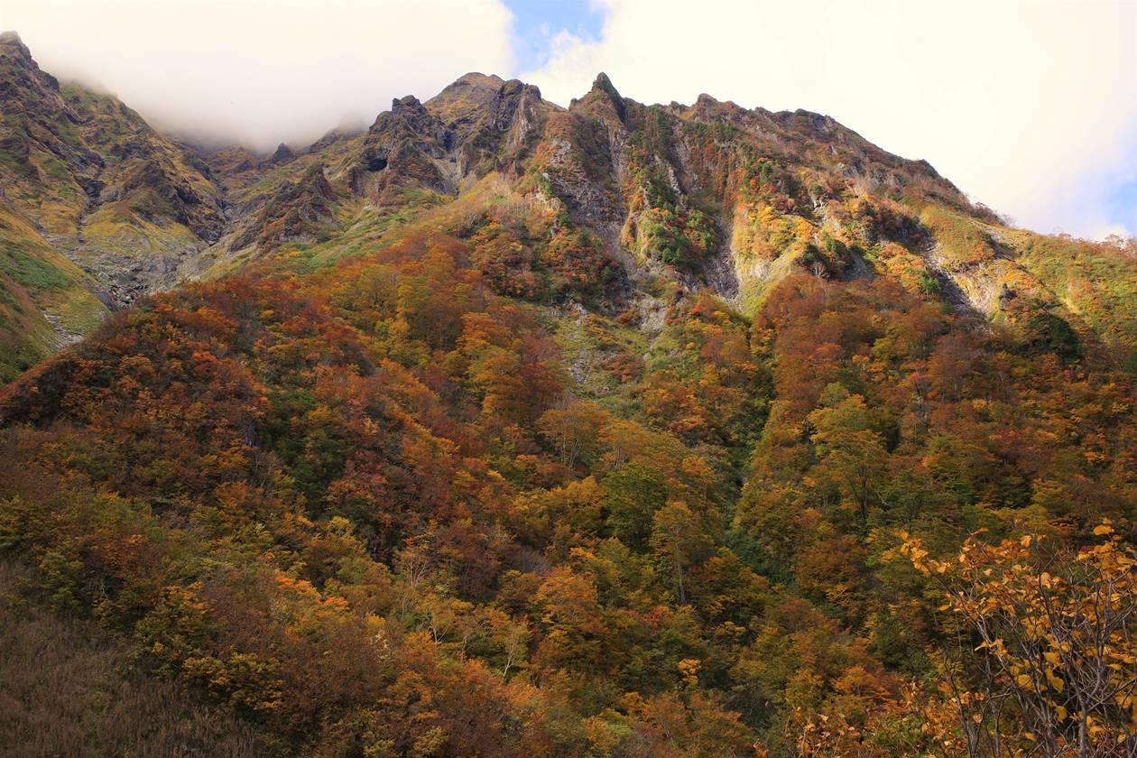 谷川岳とマチガ沢の紅葉