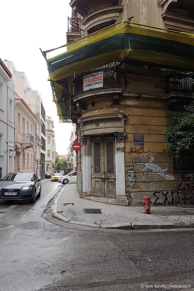 Huonoon kuntoon päässyt vanha talo Ateenan keskustassa