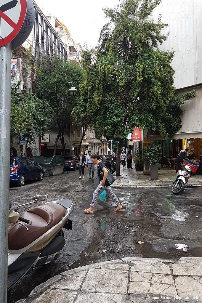 Realistinen katunäkymä Ateenassa: hieman roskaiset tiet, mopoja siellä täällä.