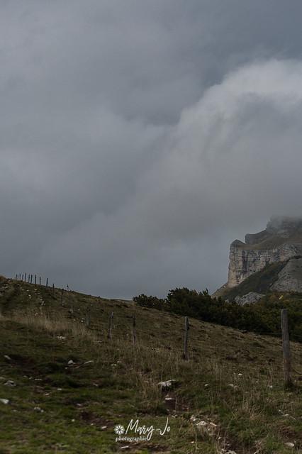 La barrière devant la montagne ...   The barrier in front of the mountain ...