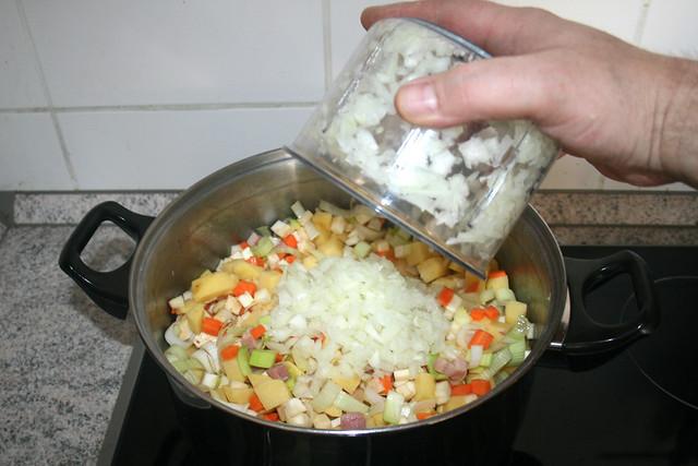 49 - Zwiebel dazu geben / Add onion