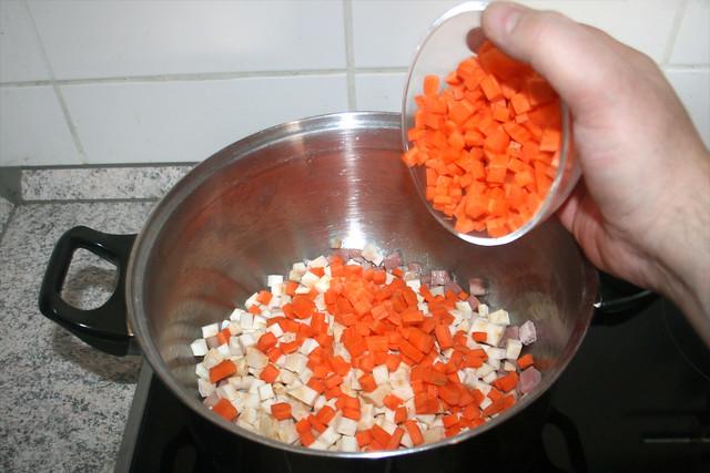 46 - Knollensellerie & Möhren in Topf geben / Put celeriac & carrots in pot