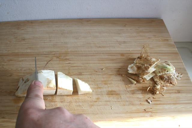 18 - Knollensellerie aus Suppengrün schälen grob zerkleinern / Chop celeriac from soup green