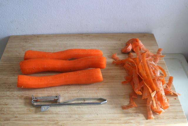 16 - Möhren aus Suppengrün schälen Peel carrots from soup greens