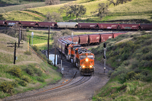 A westbound BNSF grain snakes its way up the grade near Bealville, CA. (2)