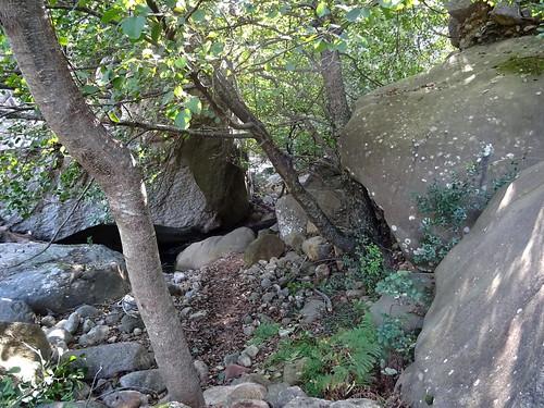 Début du contournement du rocher basculé