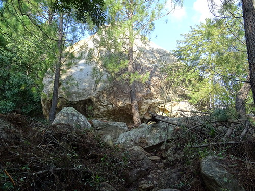 Le rocher basculé depuis le sentier de l'autre côté