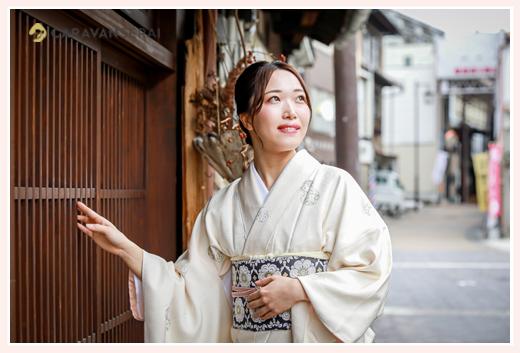 美しい着物風 女性の和装ロケーション撮影 白の着物