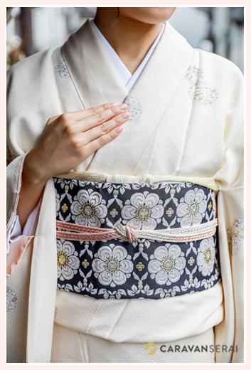 白の着物と紺の帯 アップ写真