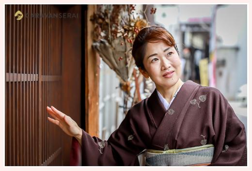 50代女性のお着物(茶色) 和装で街へお出かけ