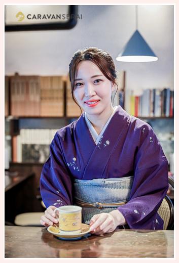 美しい着物風 女性の和装ロケーション撮影 紫の着物 カフェでお茶