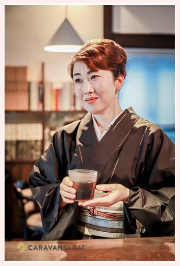 黒の大島紬の着物を着る女性 カフェでお茶 所作が美しい