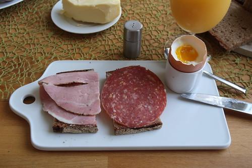 Rosmarinkochschinken und Schweinemettwurst auf Mayannabrot zum Frühstücksei