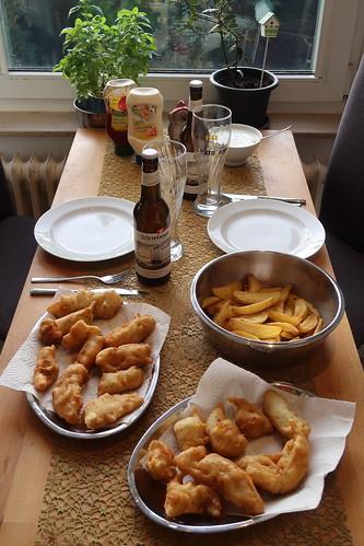 Fish 'n' Chips (= Dorschfilets in Bierteig mit frittierten Kartoffelspalten und Joghurtsoße)