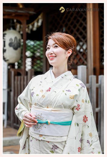 美しい着物風 白い着物 女性の和装ロケーション撮影 神社