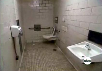 Nhà tắm ở ga tàu điện ngầm BART, San Francisco nơi Gardner và con trai ngủ.