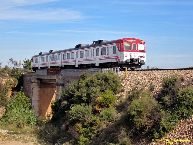 Tren de Cercanías de Renfe (Línea C-3) cruzando el puente sobre el Barranco de la Cueva Morica. CHIVA (Valencia)