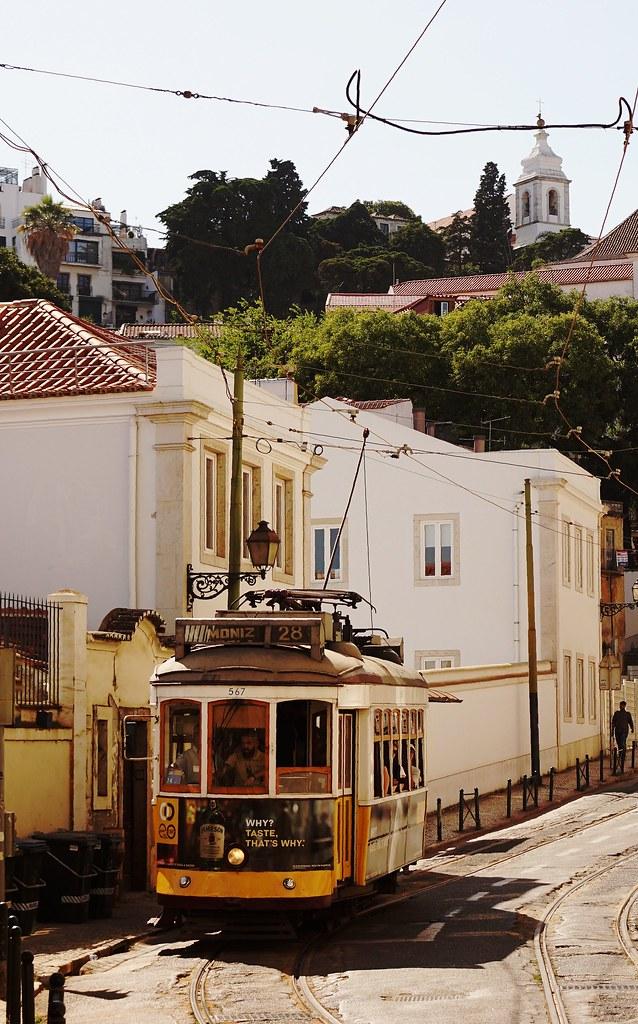 Eléctrico em seu caminho através Alfama à Praça do Martim Moniz - Tram on its way through Alfama to Martim Moniz Square